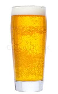 glas med øl på hvid baggrund