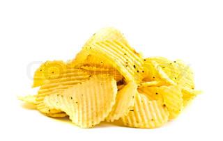 Handvoll gelben Kartoffelchips isoliert auf weißem Hintergrund