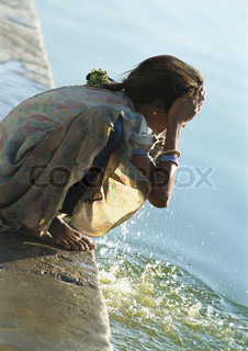 ?John Dowland/AltoPress/Maxppp ; India, Sarkej, girl washing face by river