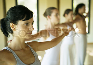 ?Sigrid Olsson/AltoPress/Maxppp ; Exercise class stretching arms out