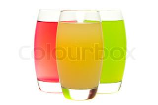 farverige cocktails med frugt isoleret på hvidt