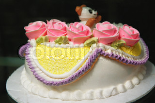 ?Laurence Mouton/AltoPress/Maxppp ; Birthday cake decorated with pink roses