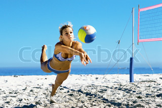 ?T?o Lanni?/AltoPress/Maxppp ; Female playing beach volleyball diving to catch ball