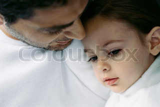 ?Laurence Mouton/AltoPress/Maxppp ; Father comforting young daughter, close-up