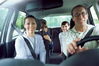? Laurence Mouton / AltoPress / Maxppp ; Familie zusammen im Auto auf der Straße Reise
