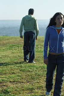 ?Laurence Mouton/AltoPress/Maxppp ; Couple walking apart from one another in field