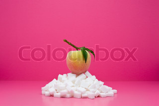 ?Milena Boniek/AltoPress/Maxppp ; Food concept, fresh peach on top of pile of sugarcubes