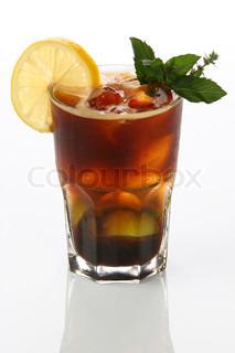 Alkoholiske cocktail med is , kaffe , en citron og mynte
