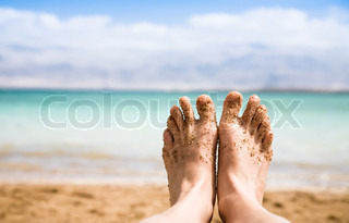 View of Bare Feet mit einem Backdrop des Toten Meeres
