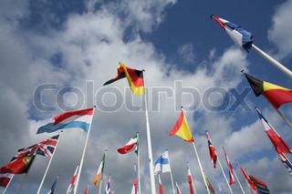 europæiske flag i vinden og solen med grå himmel