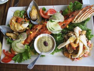 Serveres og godt indrettede plade af fisk og skaldyr
