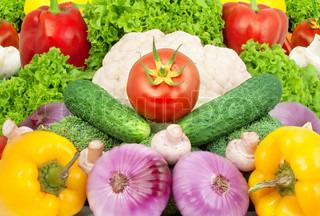 Assorterede friske grøntsager isoleret på hvid baggrund