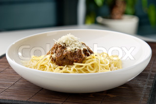 spaghetti nudeln mit fleisch und k se auf dem tisch im restaurant stock foto colourbox. Black Bedroom Furniture Sets. Home Design Ideas