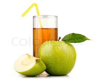 Glas af grønne æble juice med frugt og skiver isoleret på hvid baggrund