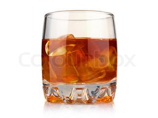 Glas whisky med is cubesisolated på hvid baggrund