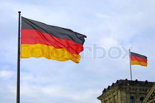 Nationalflagge der Bundesrepublik Deutschland am blauen Himmel Hintergrund