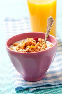 Sund morgenmad med korn og appelsinjuice