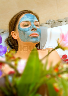 schöne Frau übernimmt die Behandlung in Spa-Salon