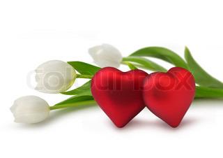 To røde Valentine hjerter med hvide tulipan blomster