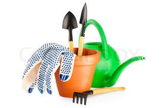 Terracotta frower gryde med handsker, vandkande og haveredskaber på hvid baggrund