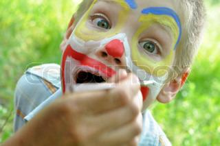 Outdoor- Porträt von einem Kind mit dem Gesicht , gemalt