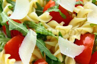 pasta salat med tomater og arugula i italiensk stil