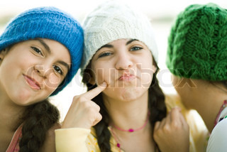 ©Laurence Mouton/AltoPress/Maxppp ; Young female friends wearing knit hats, making faces