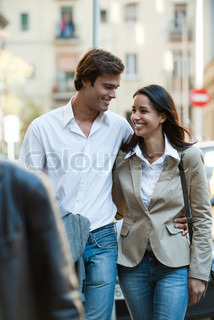 ©Eric Audras/AltoPress/Maxppp ; Couple walking together outdoors