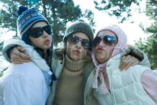 ©Laurence Mouton/AltoPress/Maxppp ; Young friends in winter clothing, puckering at camera, portrait