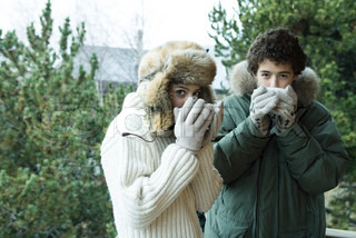 ©Laurence Mouton/AltoPress/Maxppp ; Teen boy and girl in winter clothes drinking warm drinks