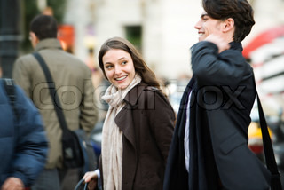 ©Eric Audras/AltoPress/Maxppp ; Couple walking on crowded street