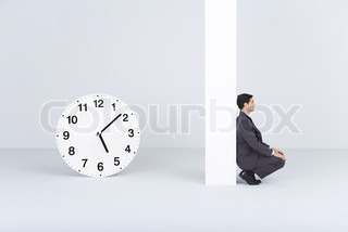 ©Ale Ventura/AltoPress/Maxppp ; Businessman waiting, near oversized clock