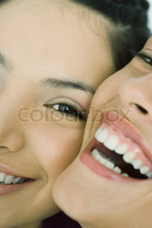 ©Laurence Mouton/AltoPress/Maxppp ; Cropped view of two young friends smiling at camera, cheek to cheek, extreme close-up