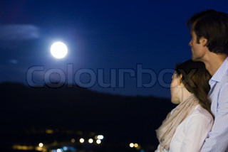 ©Sigrid Olsson/AltoPress/Maxppp ; Couple embracing at night, looking at moon