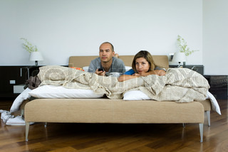 ©Ale Ventura/AltoPress/Maxppp ; Couple lying in bed watching television