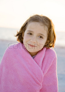 ©Laurence Mouton/AltoPress/Maxppp ; Girl wrapped in towel on beach, portrait
