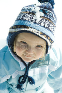 ©Laurence Mouton/AltoPress/Maxppp ; Toddler girl wearing winter clothes in snow, portrait