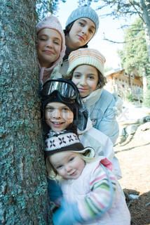 ©Laurence Mouton/AltoPress/Maxppp ; Group of teens and children dressed in winter clothes, posing next to tree, portrait