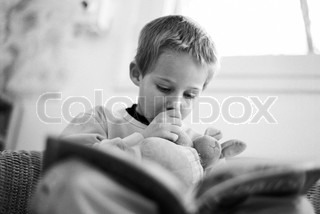 ©Laurence Mouton/AltoPress/Maxppp ; Little boy reading book, sucking thumb