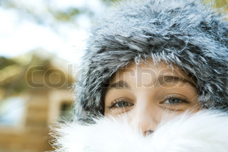 ©Laurence Mouton/AltoPress/Maxppp ; Teenage girl wearing fur hat and fur collar, close-up portrait