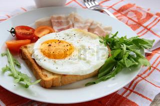 spejlæg til morgenmad med bacon og tomater