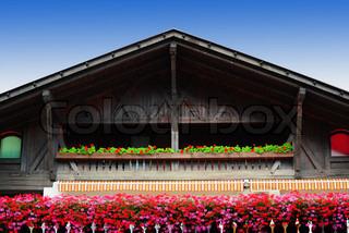 Typische Holz- Loft mit frischen Blumen in den italienischen Alpen dekoriert