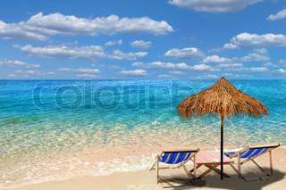 Beach stole med paraply og smukke strand på en solskinsdag .