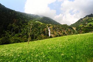Store vandfald med Rapids i de italienske alper