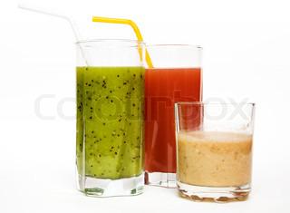 banan , jordbær og kiwi frisk juice i glas isoleret på hvid baggrund