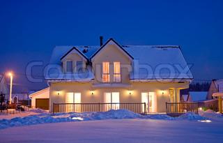 landsted med aften elektrisk lys om vinteren