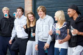 Gruppe af teenagere hang ud sammen Udenfor Drinking