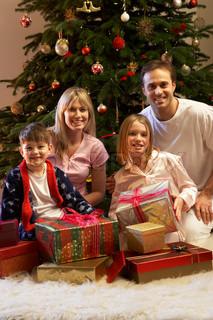 Familie Åbning julegave foran Tree