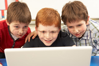 Group Of Schoolboys In IT Class Computer benutzen
