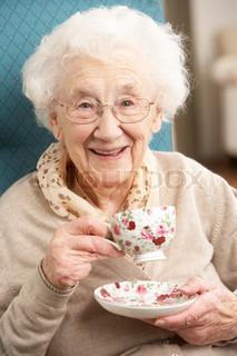 Senior Woman Nyder kop te At Home